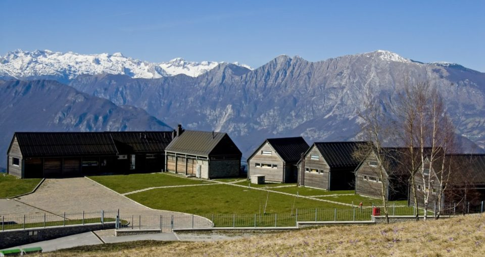 nebesa_eco_lodge_slovenia_courtyard